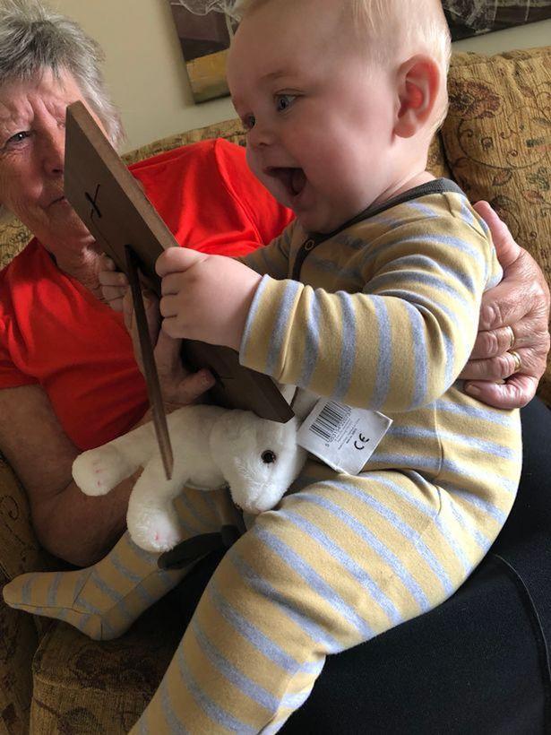 Bé Sonnie hôn bức ảnh của bố vào buổi sáng sau khi bố qua đời.