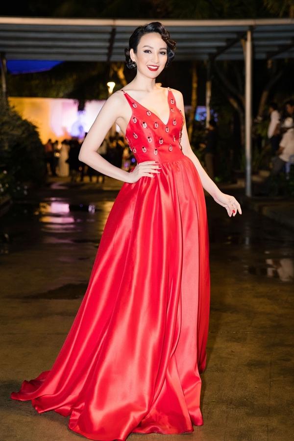 Ngọc Diễm diện váy khoét ngực,khoe vóc dáng gợi cảm trong một sự kiện của nhà tạo mẫu tóc Tuấn Hà Lan. Gam màu đỏ và chi tiết đính kết tôn lên làn da trắng của Hoa hậu Du lịch.