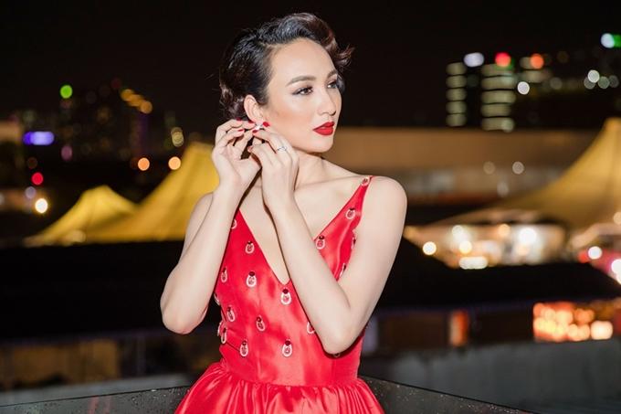 Hoa hậu chọn phụ kiện đơn giản gồm nhẫn và hoa tai để hoàn chỉnh ngoại hình của mình.