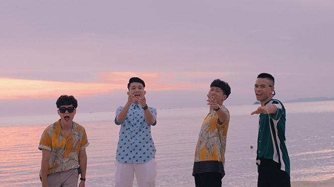 4 thành viên của OPlus trong MV Follow me.