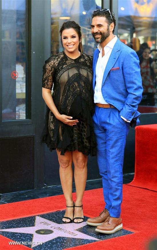 Eva bên ông xã Jose Baston tại lễ gắn sao trên Đại lộ danh vọng Hollywood hồi tháng 4.
