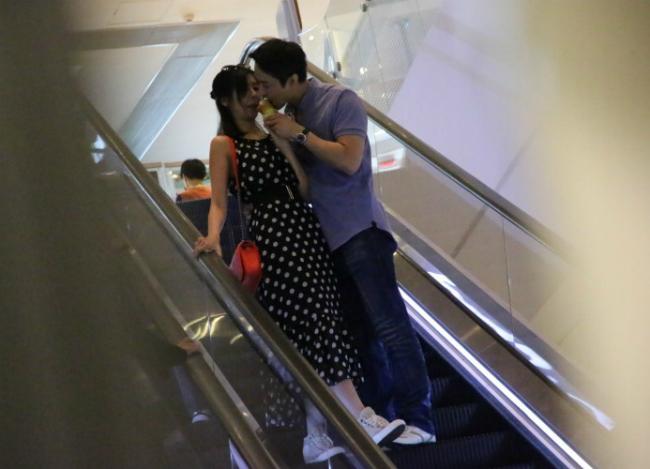 Cặp sau cắn chung một chiếc kem, sauđó hôn nhau.