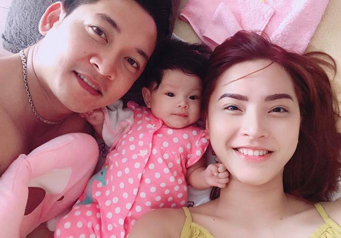 Hải Băng đang tập cho bé Kem ngủ với ba vì một tháng nữa là cô tới ngày sinh nở. Con gái nữ diễn viên đã bắt đầu ngủ ngoan với ba Thành Đạt.