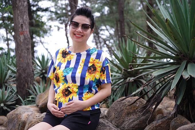 Lê Khánh bế bụng bầu đi du lịch cùng chồng. Cô viết: Mặc áo hoa, lòng mẹ cũng nở hoa vì mẹ con ta được ba cho đi chơi xa. Lá là la.