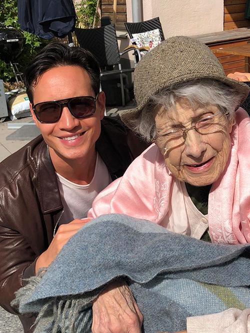 Kim Lý dành thời gian ở bên bà năm nay đã 100 tuổi, người mà với anh là ấm áp và vĩ đại nhất trên đời.