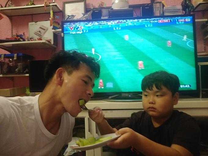 Bé Bi phụng phịu đút dồ ăn cho bố Xuân Bắc chụp ảnh. Cả nhà nam diễn viên quây quần để xem các trận đấu World Cup.