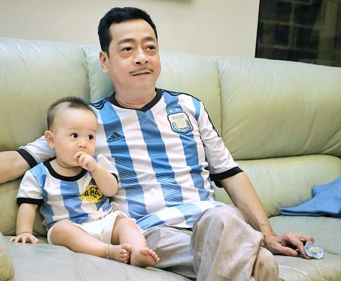 Hai ông cháu Người phán xử Hoàng Dũng mặc áo đội tuyển, cổ vũ cho Argentina và Messi.