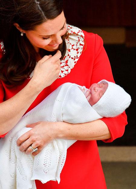 Kate ôm con trai khi vừa sinh được 7 tiếng. Ảnh: AFP.