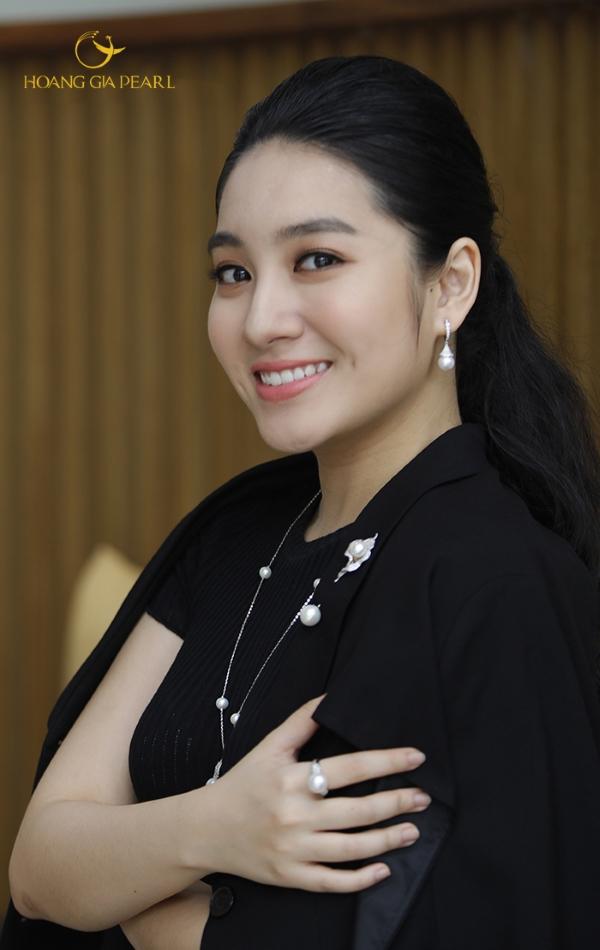Kết hợp trang sức ngọc trai cùng trang phục đen sẽtăng thêm điểm nhấn nổi bật từ sự tương phản, khiến bạn sang trọng hơn.