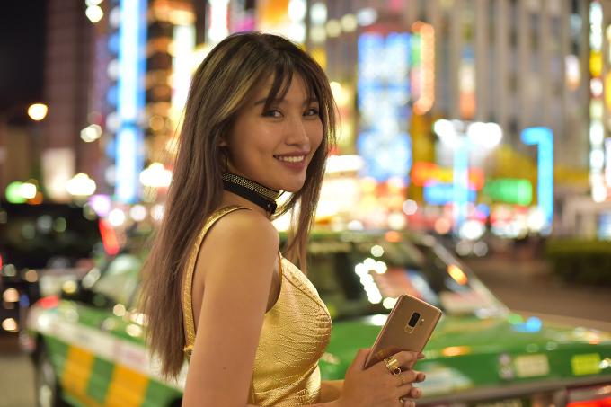 Với lợi thế trẻ trung cùng gu thời trang cá tính, Chế Nguyễn Quỳnh Châu đã mang đến sự phá cách và mới mẻ cho sắc vàng.