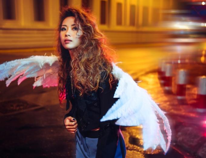 Màn đêm Sài thành như bừng tỉnh và nhảy múa cùng Suboi trong mỗi shoot hình.