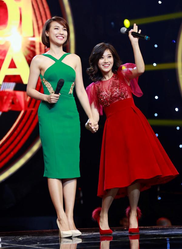 Gặp lại nhau trên sân khấu Nhạc hội song ca 2018 Dung đại ca và nàng Hiểu Phương vui mừng nắm chặt tay nhau.