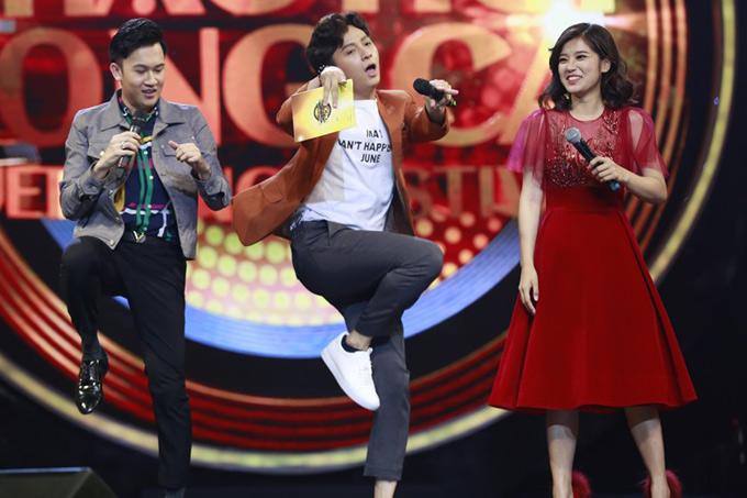Dương Triệu Vũ chê tiết mục của Hoàng Yến yếu về vũ đạo nên rủ Ngô Kiến Huy thị phạm cho cặp song ca cách biểu diễn hiệu quả hơn.