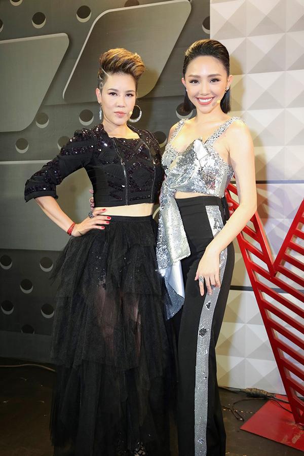 Thu Phương thân thiết với Tóc Tiên ở hậu trường.