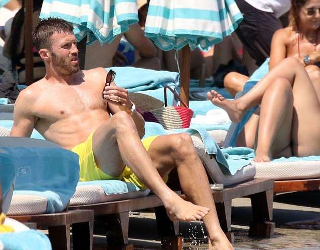 Carrick từ giã sự nghiệp cầu thủ từ cuối mùa giải vừa qua, sau 12 năm cống hiến cho MU. Anh tiếp tục đóng góp cho Quỷ đỏ bằng nhiệm vụ trong ban huấn luyện, trợ lý cho HLV Mourinho.