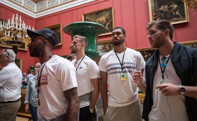 Một nhóm khác đến thăm quan bảo tàng Hermitage Museum ở St Petersburg.