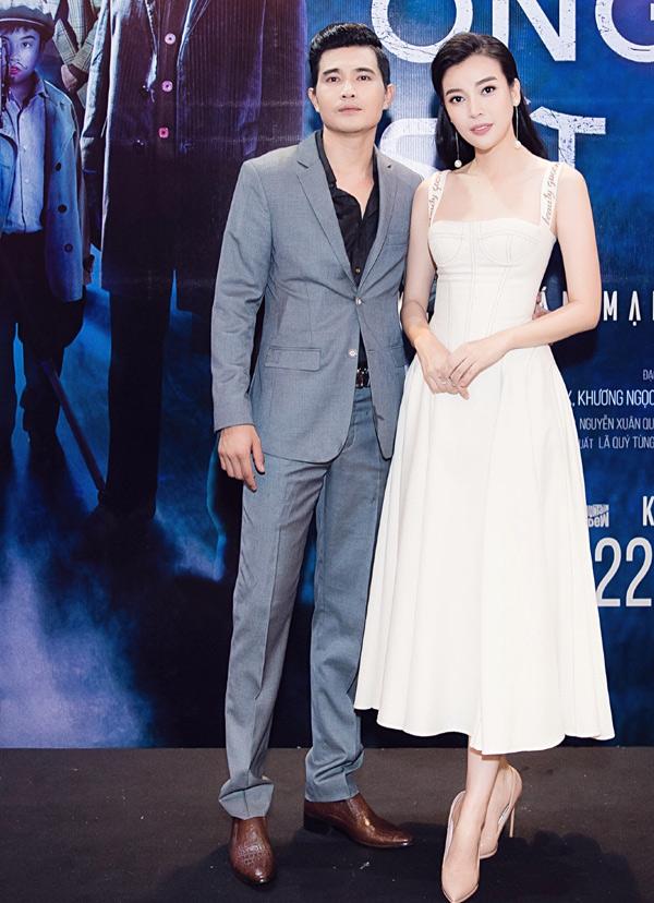 Diễn viên Quang Sự mời đồng nghiệp Cao Thái Hà tới xem vai diễn mới của anh trong phim Ống kính sát nhân.