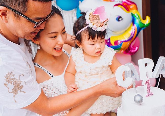 Hôm 20/6, ca sĩ Hoàng Uyển Bội tổ chức sinh nhật 1 tuổi cho con gái Cara trong khuôn viên biệt thự của vợ chồng cô ở Singapore.