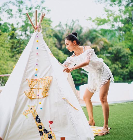 Để chuẩn bị cho tiệc sinh nhật con, nữ ca sĩ tự mình decor từng góc trong vườn, nơi hiên nhà, khiến không gian trở nên sinh động và đầy màu sắc.