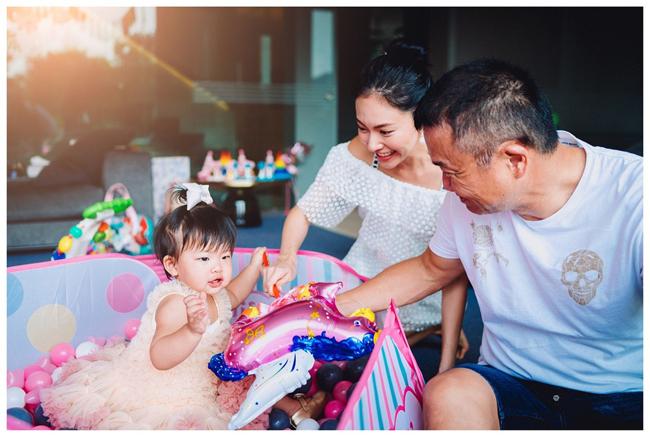 Hoàng Uyển Bội từng một lần hôn nhân tan vỡ, sau đó, cô tái hôn với doanh nhân David Loh hơn mình 19 tuổi. Uyển Bội là thành viên nhóm nhạc 2R từng rất hot tại Hong Kong những năm 2000. Những năm gần đây, cô sang Singapore sống cùng ông xã.