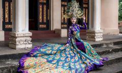 Chi Nguyễn mặc áo dài khổng tước nặng 20 kg thi Miss Asia World