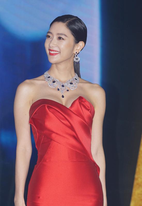 Không chỉ thành công trong lĩnh vực làm mẫu ảnh, cô gái người Thụy Sĩ gốc Hàn còn thử sức với loạt phim Nữ thần hôn nhân, Oan gia phòng cấp cứu... Năm 2013, cô được bình chọn làngười đẹp sexy nhất Hàn Quốc, trở thành biểu tượng gợi cảm mới của xứ Hàn.
