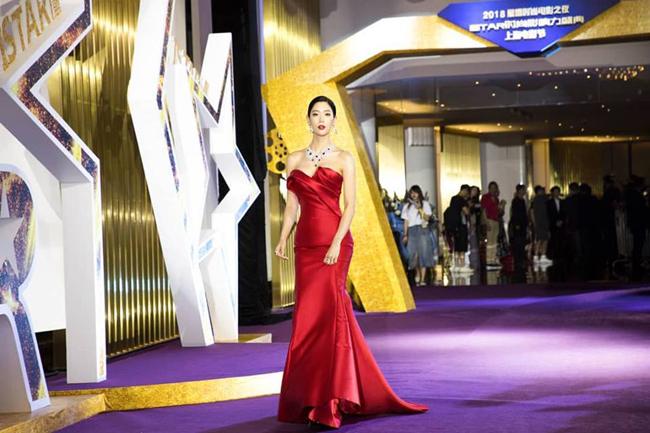 Chân dài người Hàn Quốc Clara Lee góp mặt tạiiStar Film Fashion Awards - sự kiện trong khuôn khổ Shanghai Fashion Festival 2018. Trong bộ đầm đỏ bó sát cơ thể, ngôi sao Hàn khoe ba vòng gợi cảm, đặc biệt là vòng một nảy lửa.