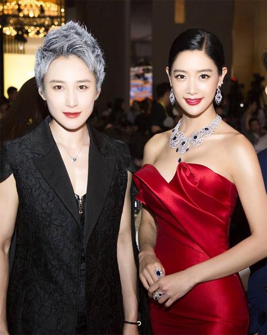 Clara chụp hình cùng khách mời dự sự kiện.