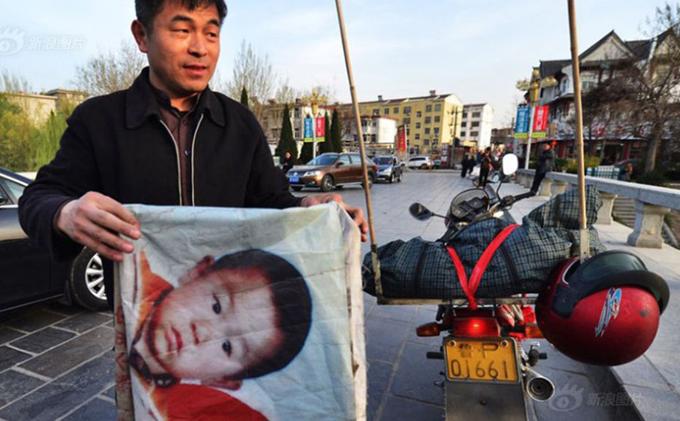 Anh Guo Gangtang luôn thấy có lỗi khi đã không để ý cẩn thận đến con trai, khiến cậu bé bị kẻ lạ bắt đi. Ảnh: Shanghaiist.