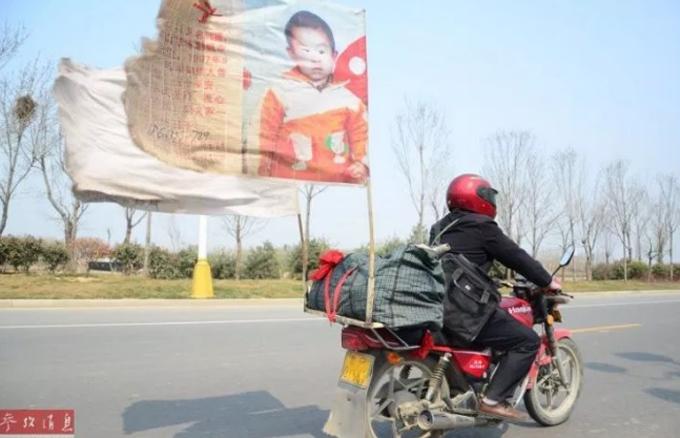 Anh Guo đã làm hỏng 10 chiếc xe máy trên hành trình 21 năm tìm kiếm con trai. Ảnh: Shanghaiist.