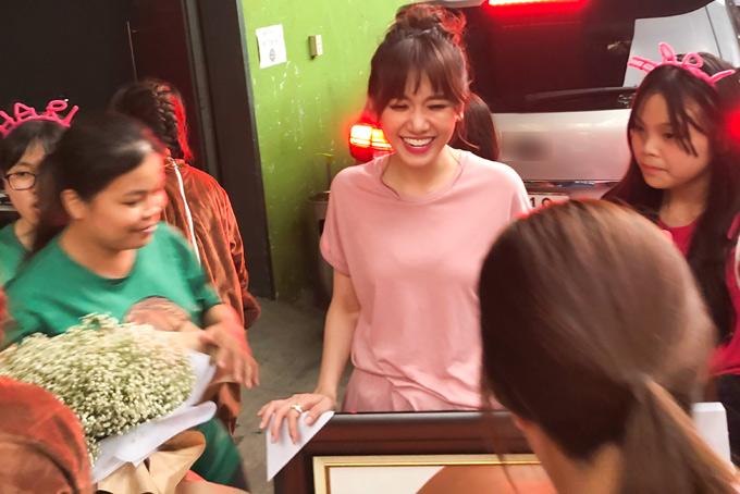Ngày 22/6 mới là sinh nhật của Hari Won nhưng chiều 20/6, một nhóm fan đã tới trường quay tặng hoa, quà mừng thần tượng thêm một tuổi.