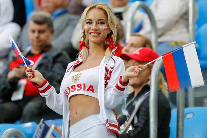 Trong các trận đấu của tuyển Nga ở World Cup 2018 vừa qua, nhiều khán giả ấn tượng với một nữ CĐV tóc vàng, mặc gợi cảm, cầm hai lá cờ cổ vũ cho đội nhà.