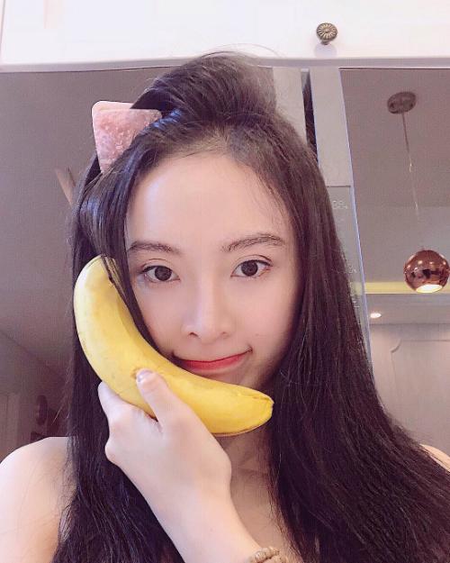 Angela Phương Trinh đeo tai thỏ, tạo dáng dễ thương với quả chuối.