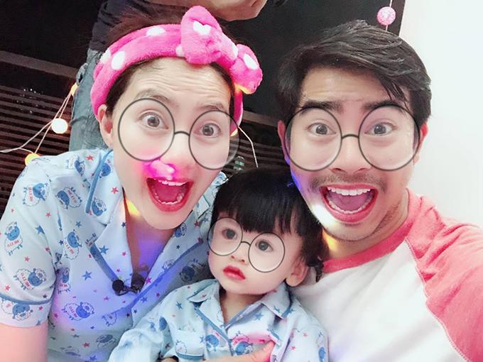 Gia đình Ngọc Lan - Thanh Bình hào hứng chụp ảnh với ứng dụng dễ thương trên điện thoại