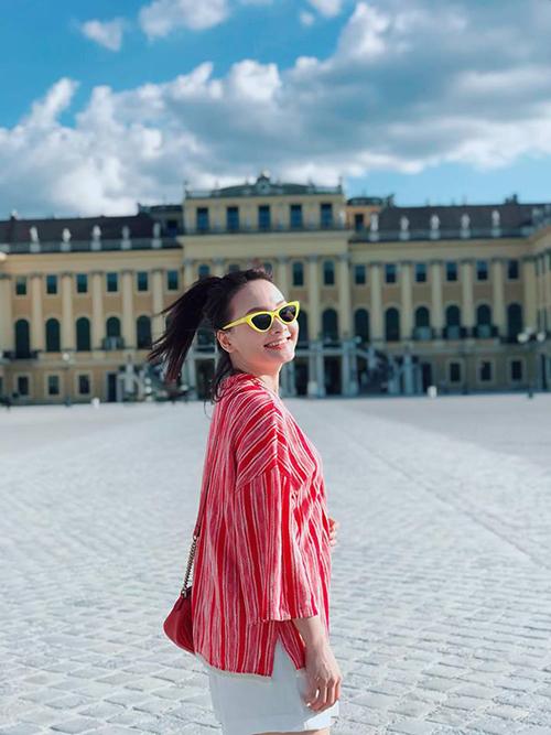 Bảo Thanh tiếp tục chuyến hành trình du lịch châu Âu. Hôm nay, cô ghé thăm Cung điện mùa hè ở Áo.