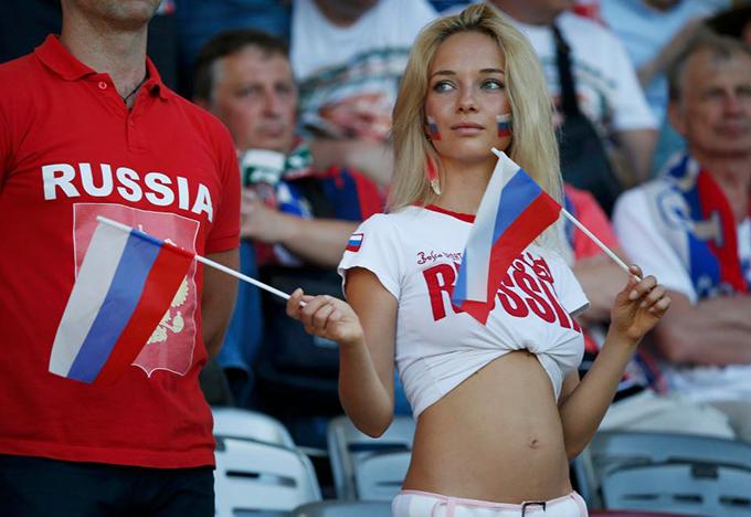 Natalya Nemchinova khoe eo thon khi cổ vũ tuyển Nga trong trận thắng 3-2 trước Ai Cập hôm 20/6.