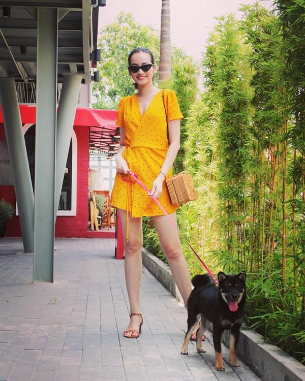 Trúc Diễm cũng hòa cùng trào lưu sử dụng kính mắt được sao Việt yêu thích trong ngày hè.