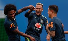 Neymar trở lại, trổ tài sút phạt trên sân tập