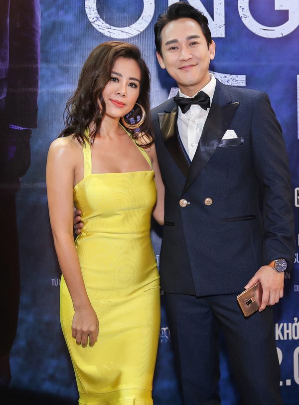 Nam Thư khoe vai trần gợi cảm bên diễn viên Hứa Vĩ Văn.
