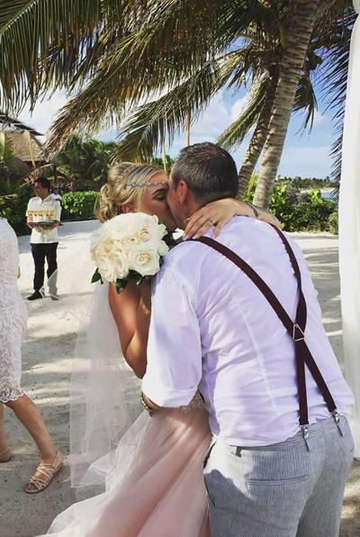 Đám cưới lãng mạn trên biển của Mitchell và vợ hồi đầu tháng 6. Ảnh: Facebook.
