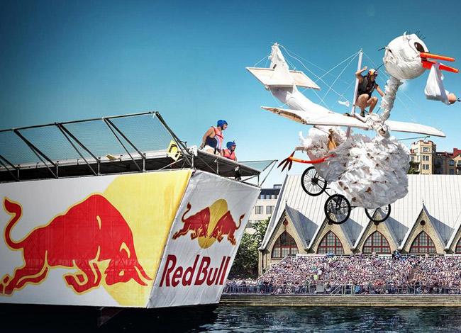 Mateschitz mở đầu chiến dịch marketing cho Red Bull bằng cách tài trợ cuộc thi Flutag tại Áo. Ảnh: Sport.
