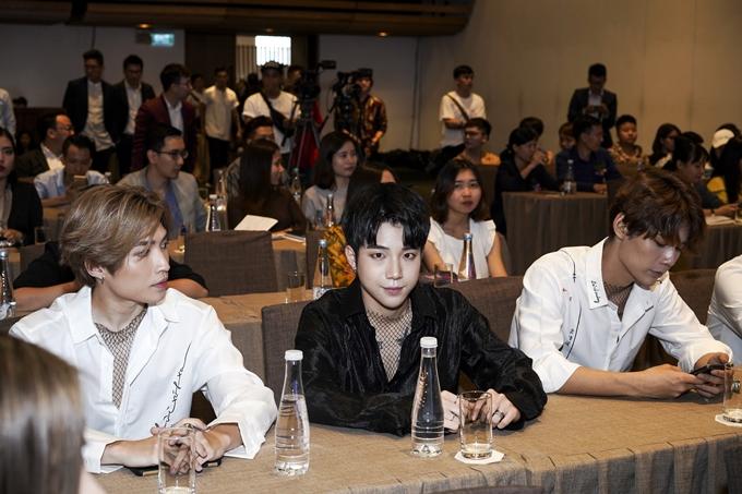 Nhóm Uni5 diện trang phục ton-sur-ton tại sự kiện. Ngoài ra mắt kênh truyền hình, ban tổ chức cho biết họ sẽ hợp tác vànỗ lựcphát triển, quảng bá hình ảnh, sản phẩm âm nhạc của các nghệ sĩ Việttrên toàn cầu,