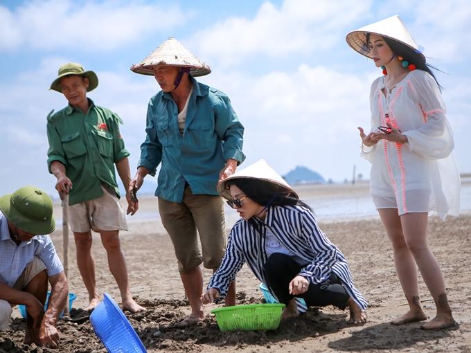 Tạibãi biển Kim Sơn - nơiđược UNESCO công nhận là khu dự trữ sinh quyển thế giới, Diệu Nhi, Sĩ Thanh cùng Yaya Trương Nhi tham gia hoạt động cào nghêu cùng các ngư dân. Đâylà một trong nhữnghoạt động kinh tế chính ở làng nghề Ninh Bình.