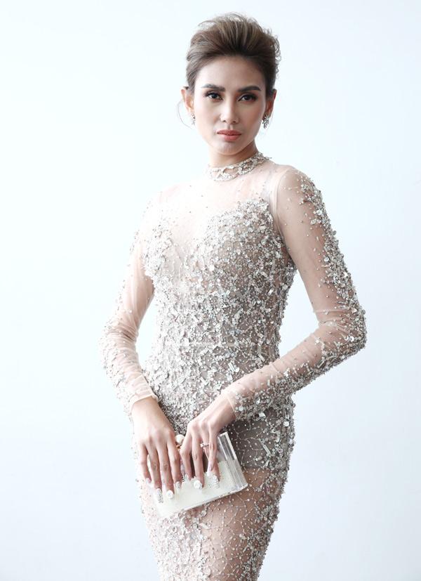 Trang phục xuyên thấu, đính kết cầu kỳ giúp tôn nhan sắc gợi cảm của người đẹp 30 tuổi.