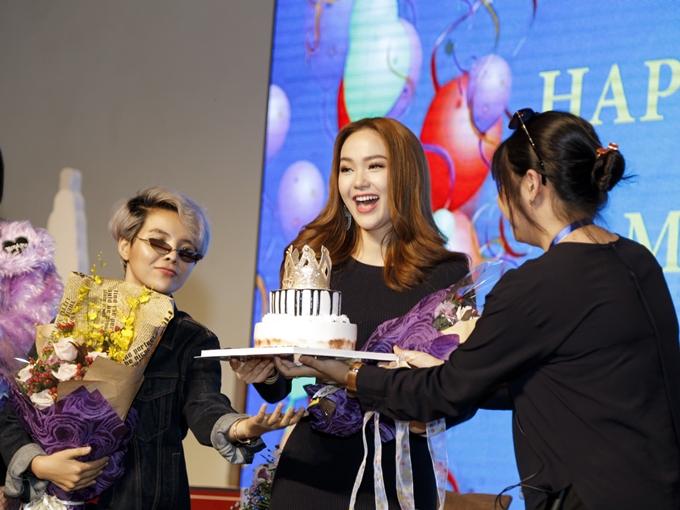 Trong buổi họp báo, ban tổ chức bí mật chuẩn bị bánh sinh nhật và hát chúc mừng ca sĩ Minh Hằng.