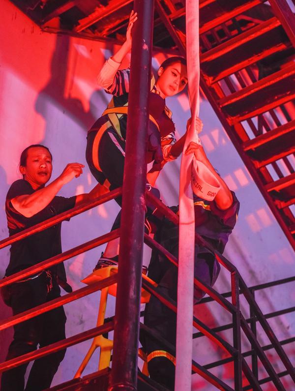 Trấn Thành - Hari Won bế bụng bầu học phòng cháy chữa cháy - 2