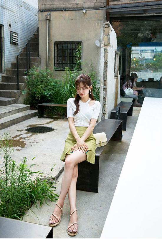 Các tín đồ thời trang châu Á yêu thích cách phối chân váy đơn sắc đi cùng các kiểu áo trắng biến tấu mới lạ.