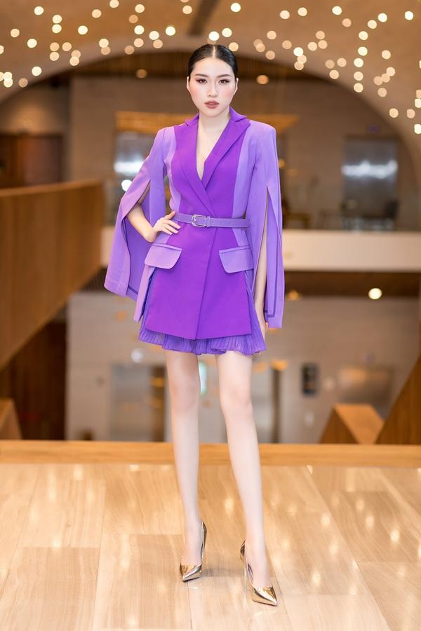 Đặng Dương Thanh Thanh Huyền đảm nhận vai trò MC. Cô phối bộ váy của nhà thiết kế Lý Giám Tiền và giày ánh kim nổi bật.