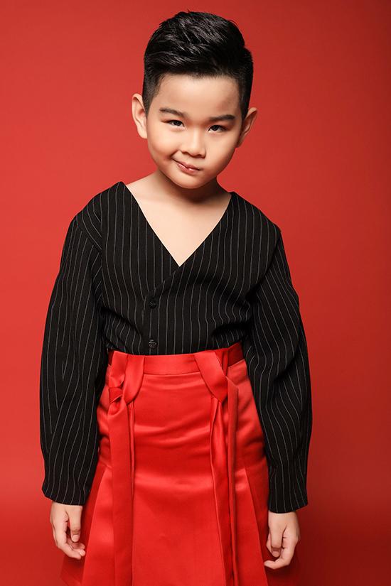Suit kẻ sọc trắng đen được phối hợp cùng chân váy đỏ nổi bật mang đến bộ trang phục lạ mắt cho nhóc tỳ.