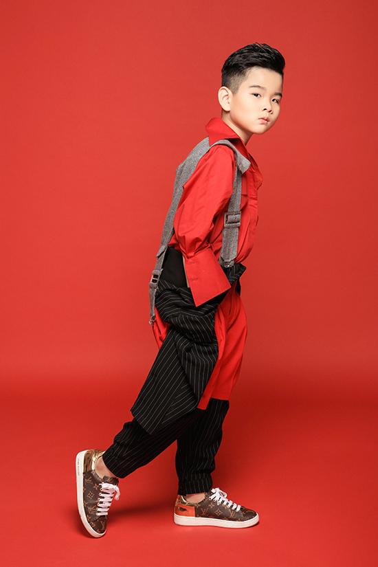 Bộ ảnh được thực hiện với sự hỗ trợ của nhiếp ảnh Nguyễn Du, stylist Tô Quốc Sơn, trang điểm Huy Nguyễn.